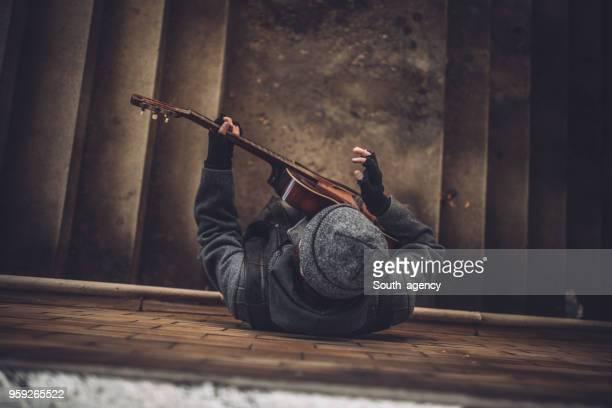 jouer de la guitare sur les marches de l'homme - guitariste photos et images de collection