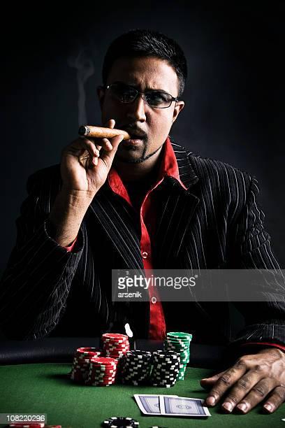 Mann spielt Poker und Rauchen Zigarren, Low-Key