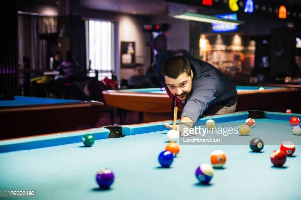 mann, billard in der bar - poolbillard billard stock-fotos und bilder