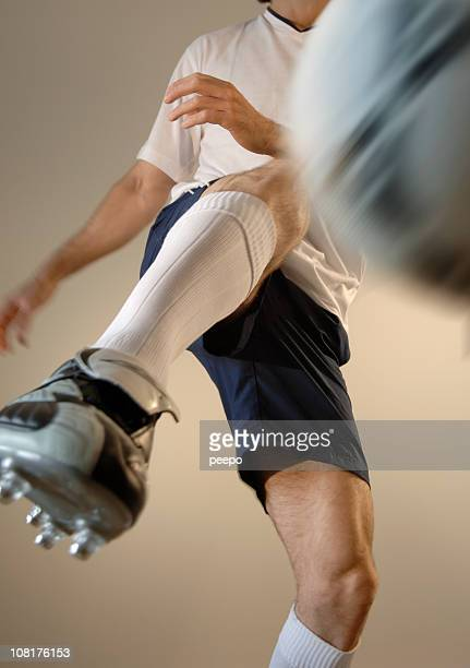 man playing soccer - clubvoetbal stockfoto's en -beelden