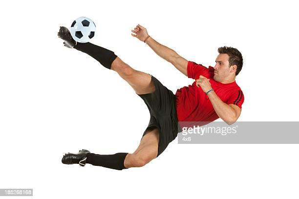 Homme jouant au football