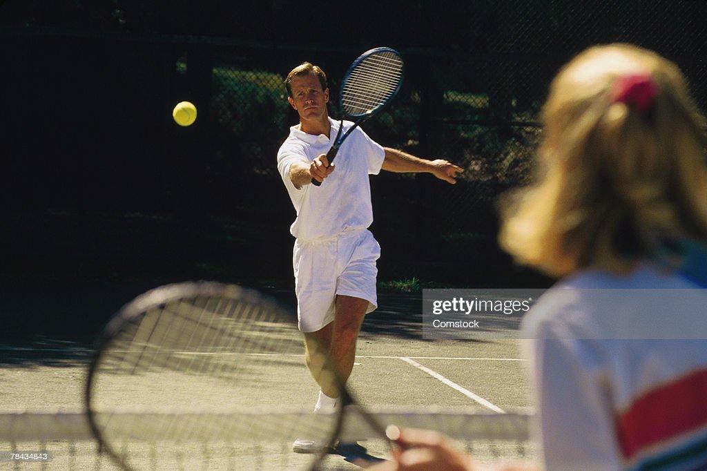 Man playing tennis match : Stockfoto