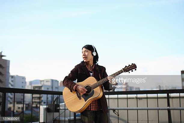 man playing the guitar - street artist stock pictures, royalty-free photos & images