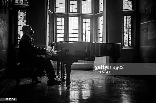Homme jouant du piano