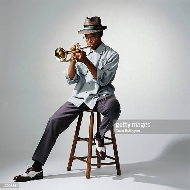 man playing trumpet - instrumento musical - fotografias e filmes do acervo