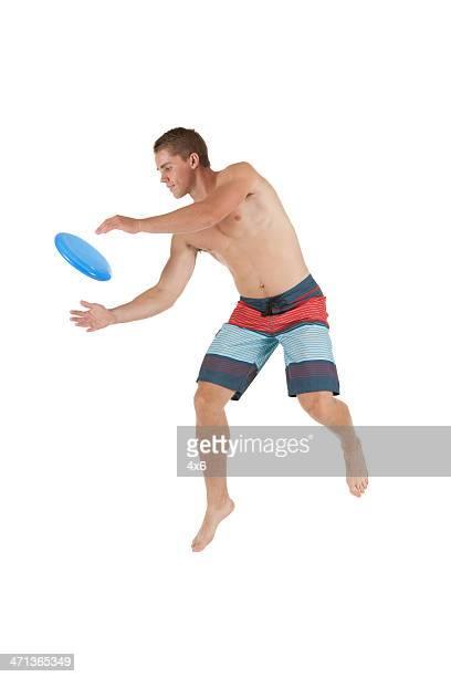 Homme jouant avec un frisbee