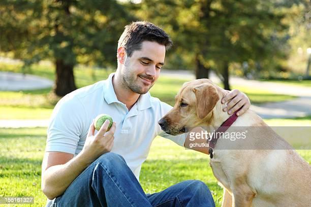 Mann spielt mit einem Hund im Park