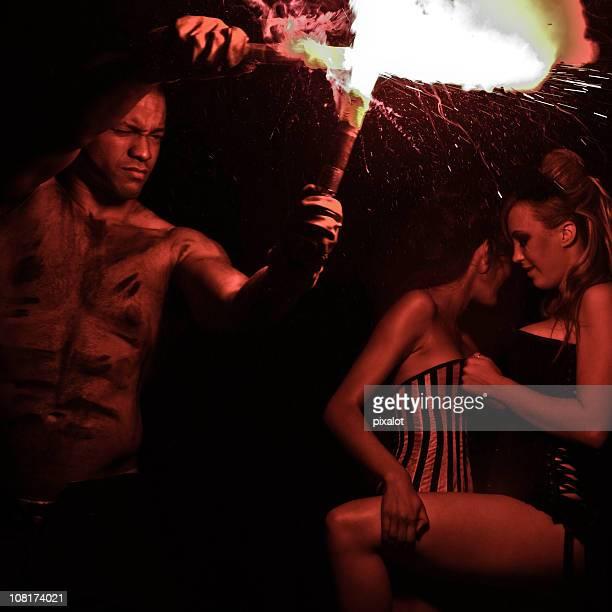 homme jouant avec évasé et femme flirter en arrière-plan - libertinage trio photos et images de collection