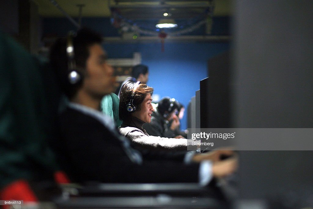 A man plays a game at an internet cafe in Shanghai, China, o : News Photo