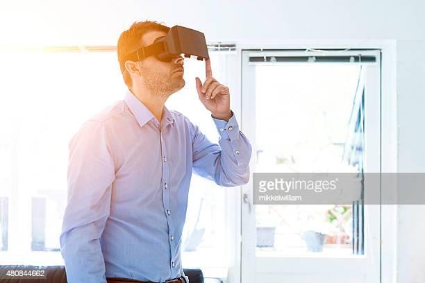 Mann spielt mit virtuellen reality-headset