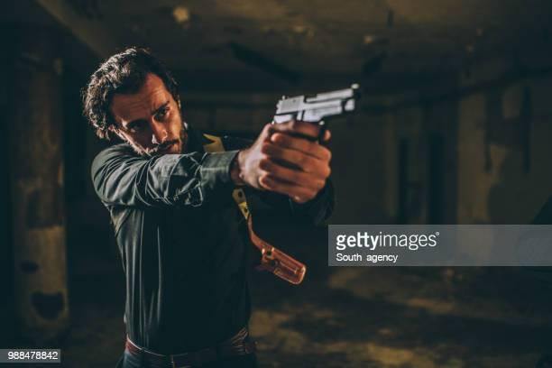 男性向け、ゴンモ - 撃つ ストックフォトと画像