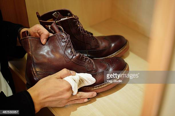 man polishing leather shoes - calzature di pelle foto e immagini stock