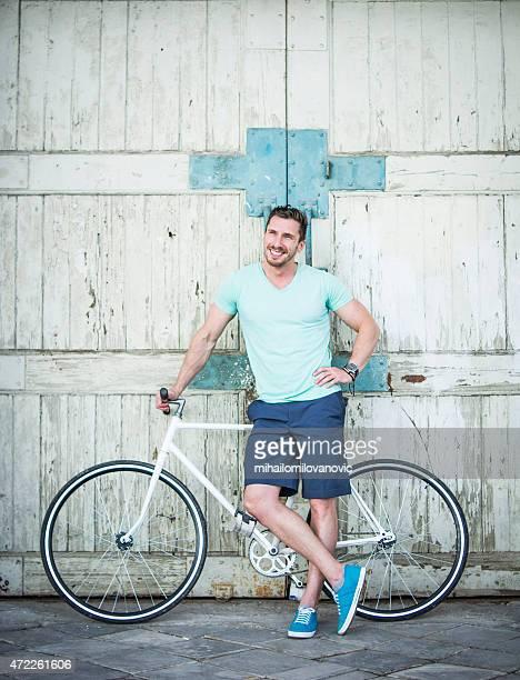 Mann posieren mit dem Fahrrad
