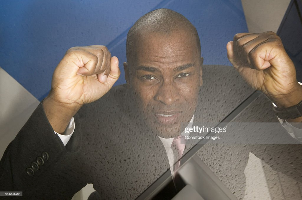 Man pounding on glass ceiling : Stockfoto