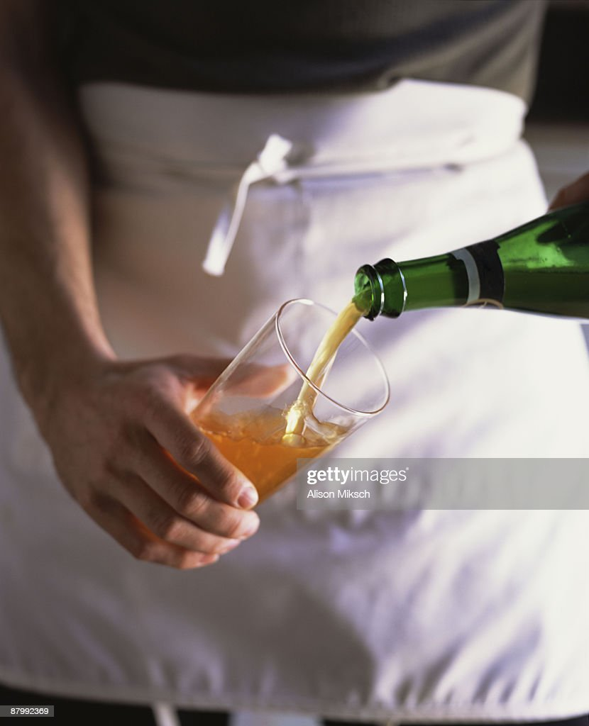 Man pouring beer into glass : Foto de stock
