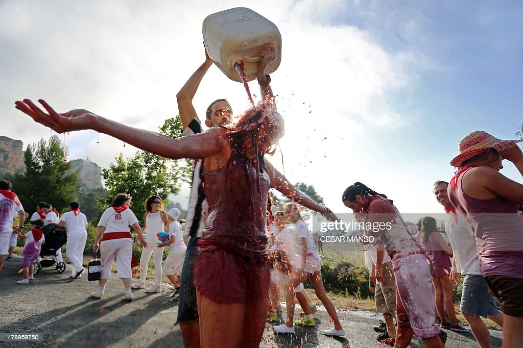 SPAIN-TRADITION-TOURISM-FESTIVAL-BATTLE-WINE : Fotografia de notícias