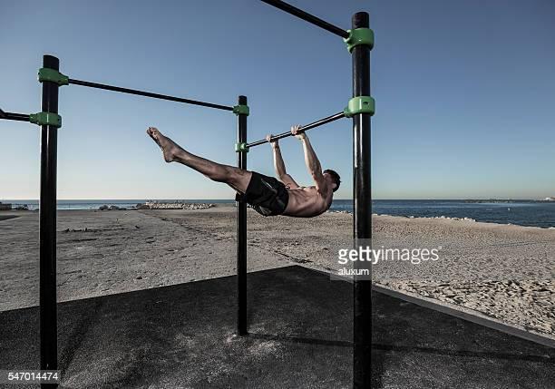 Homme pratiquer la gymnastique rythmique