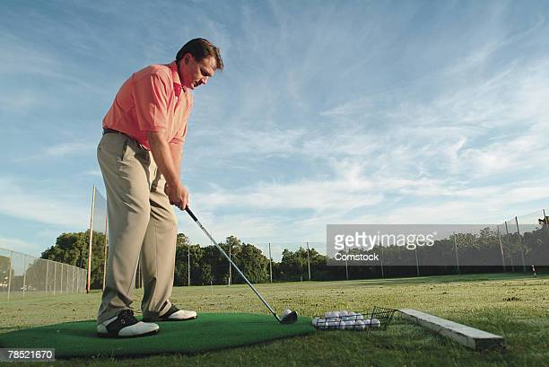 man practicing golf - ゴルフ練習場 ストックフォトと画像