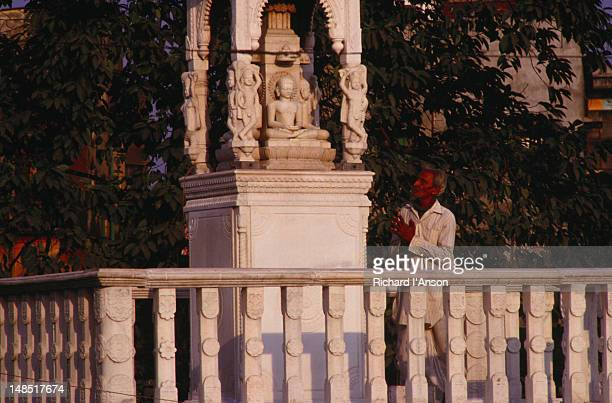man praying at a shrine in the grounds of the digambara jain temple. - digambara stock-fotos und bilder