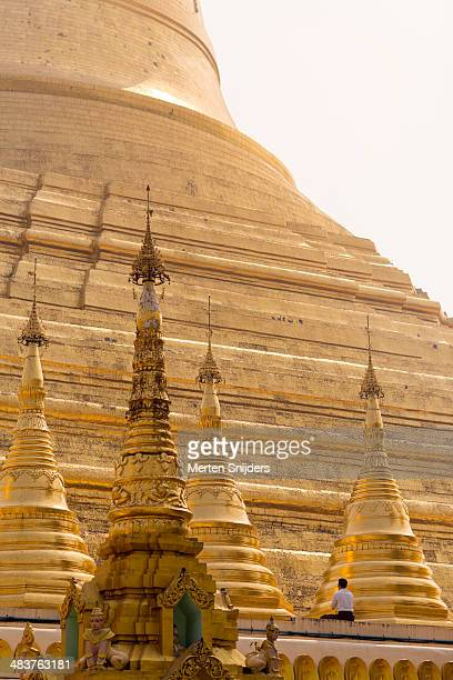 man praying at shwedagon pagoda - merten snijders photos et images de collection