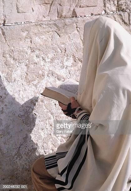 man praying at wailing wall, jerusalem, israel - wailing wall stock pictures, royalty-free photos & images