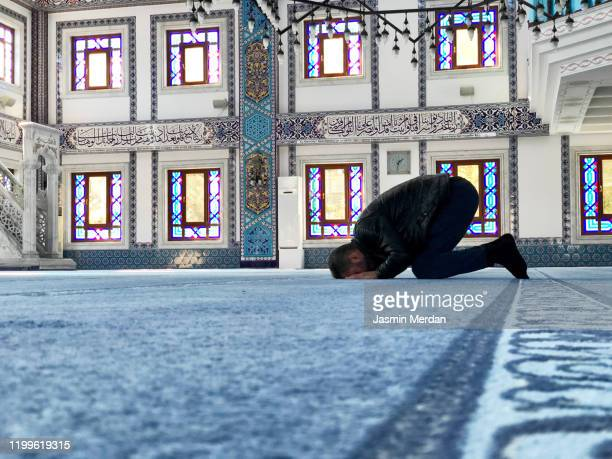 man praying in mosque alone - jasmin lord stock-fotos und bilder