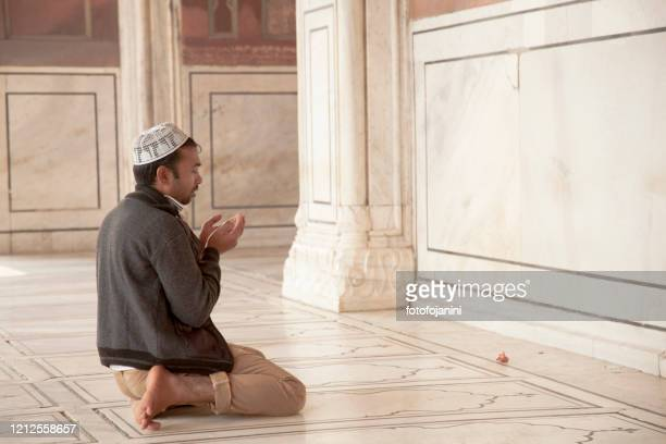 ジャマ・マジッド・モスクニューデリーの中で祈る男 - fotofojanini ストックフォトと画像
