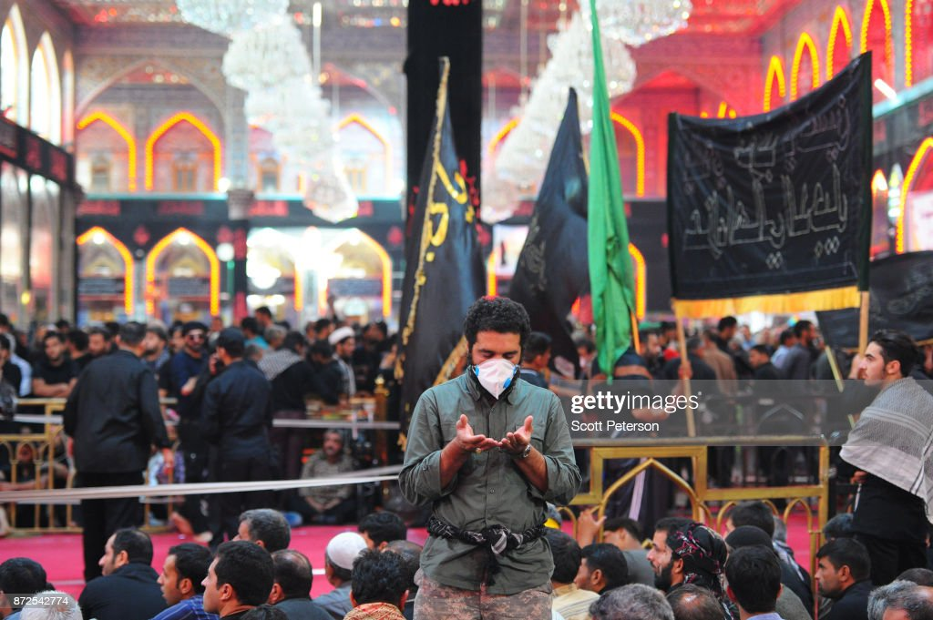 Shiite Pilgrims March To Shrine Of Imam Hossein For Arbaeen Commemoration : Foto jornalística