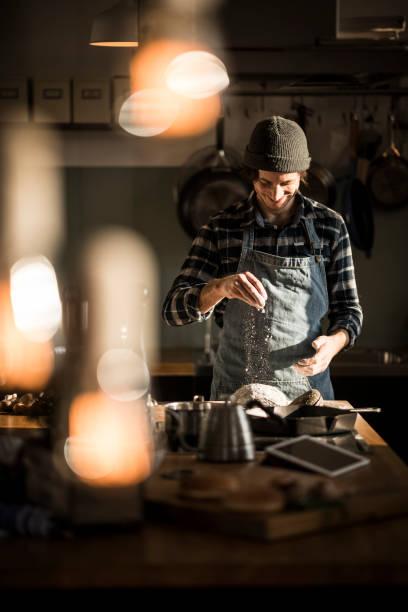 man preparing bread dough in his kitchen - 焗 預備食物 個照片及圖片檔
