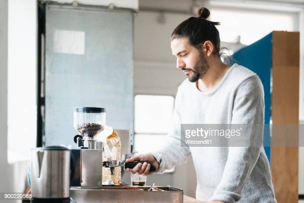 man preparing espresso with espresso machine - mann kaffee stock-fotos und bilder