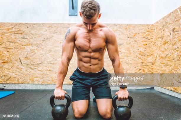 homme prépare pour les tractions sur les kettlebells en gym - forte poitrine photos et images de collection