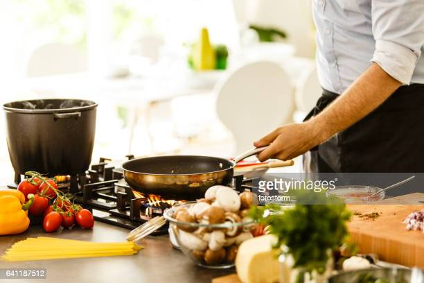 Homme préparer les spaghetti