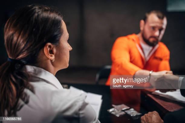 尋問室で弁護士と握手をする男囚人 - 執行猶予 ストックフォトと画像