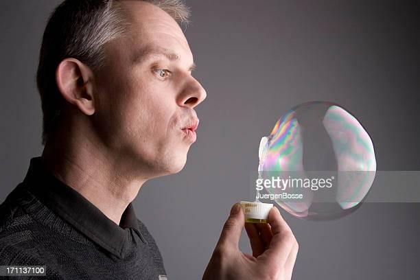 hombre producción de burbujas de jabón - personas cabeza grande fotografías e imágenes de stock