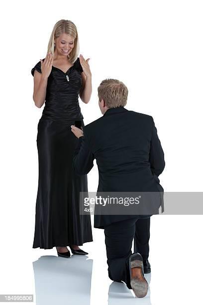Uomo propone alla sua ragazza