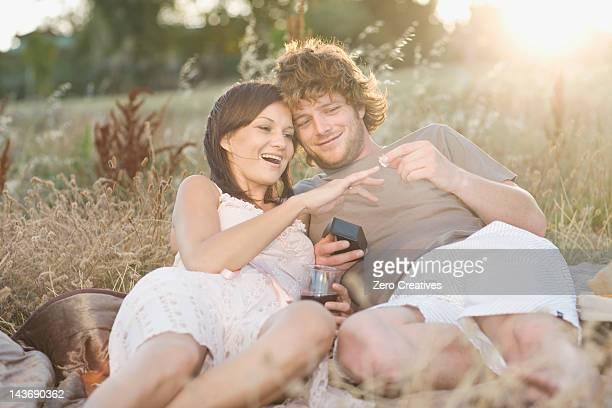 Mann mit Freundin vorschlagen, beim Picknick