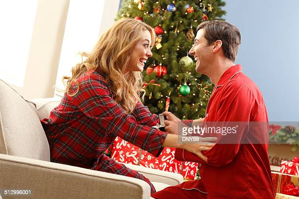 Mann schlägt seine Freundin zu Weihnachten