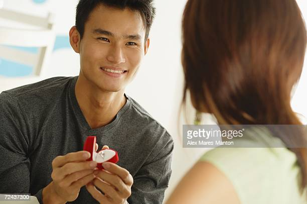 man proposing to woman, holding ring box - engagement ring box fotografías e imágenes de stock