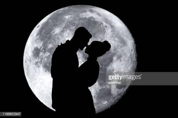 el hombre proponiendo con moon - luz de la luna fotografías e imágenes de stock
