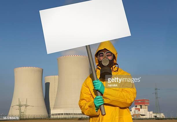 Man protesting の前に原子炉