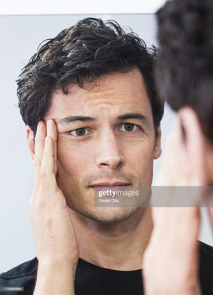 Man pulling one side of his face, facelift or not? : Stock-Foto
