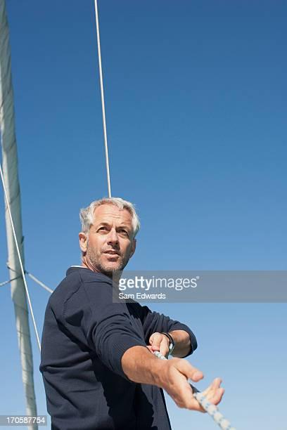 Homme tirant la corde sur le Pont de bateau