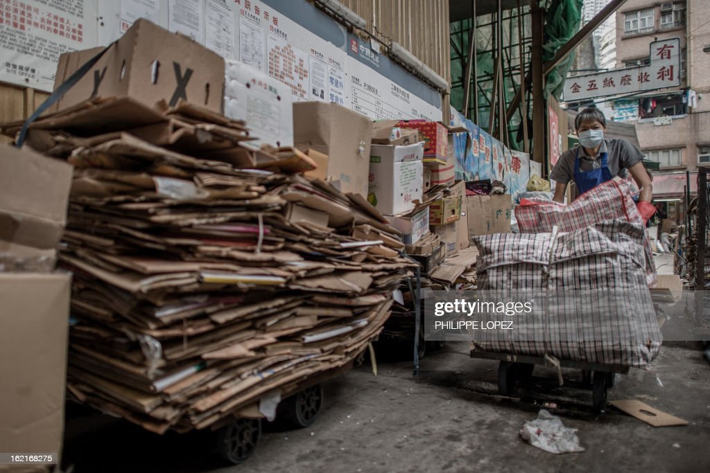 A man pushes a cart loaded with items to be recycled in Hong Kong on February 20, 2013. Activists have claimed for years that Hong Kong lags behind the rest of the world on environmental issues ranging from recycling to lanes for cyclists. AFP PHOTO / Philippe Lopez