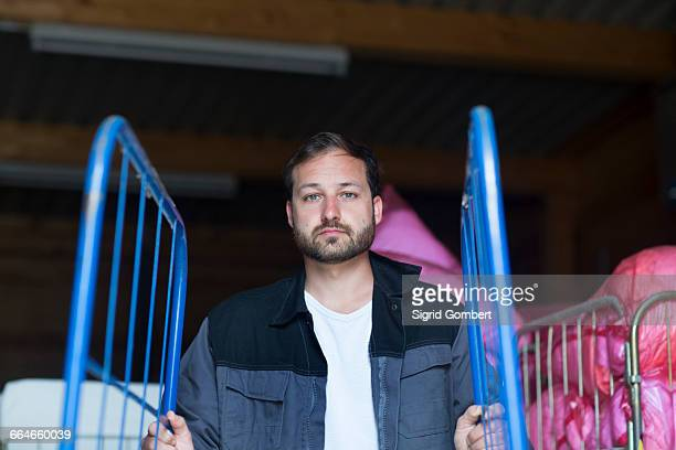 man pushing roll cage - sigrid gombert 個照片及圖片檔
