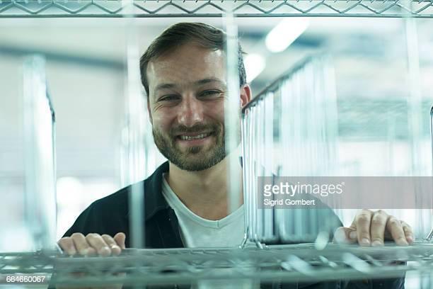 man pushing roll cage smiling - sigrid gombert 個照片及圖片檔