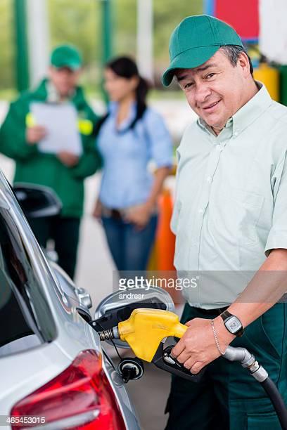 Mann beim Tanken im Auto