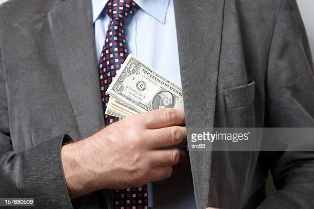 Mann in einem putting Geld in Tasche Jacke
