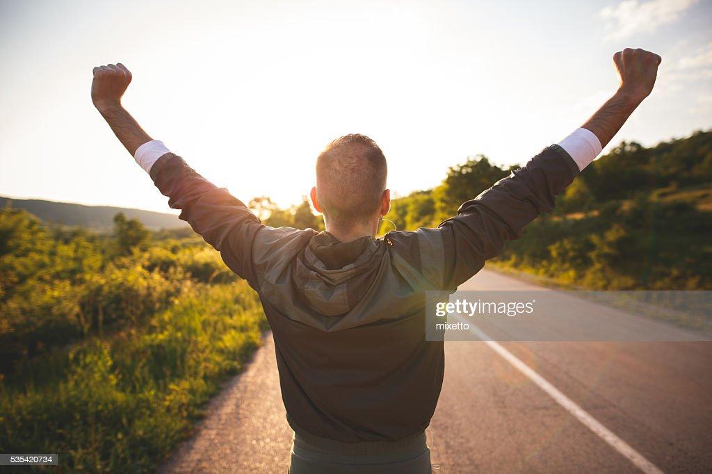 Man raising arms : Stockfoto