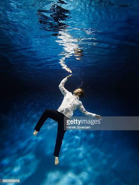 man reaching for the surface - drijven stockfoto's en -beelden
