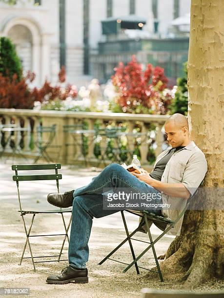 man reading and relaxing - cadeira dobrável - fotografias e filmes do acervo